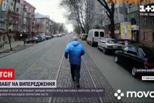 Новини України: у Миколаєві чоловік влаштував перегони з трамваєм