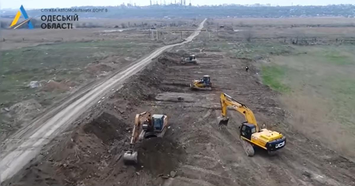 """Укравтодор начал """"Большую стройку"""" новой бетонной дороги к Одесскому порту: видео"""