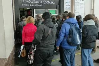 """Локдаун в Киеве: опубликовано видео толпы на метро """"Вокзальная"""""""