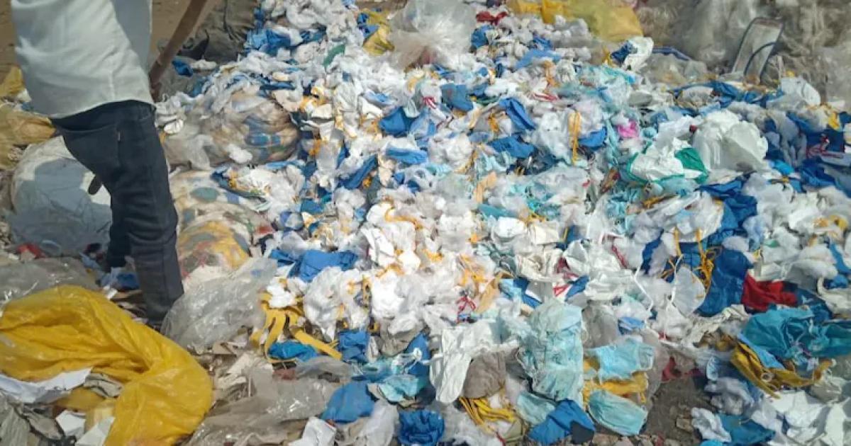 В Індії фабрика шила матраци з брудних медичних масок (фото)