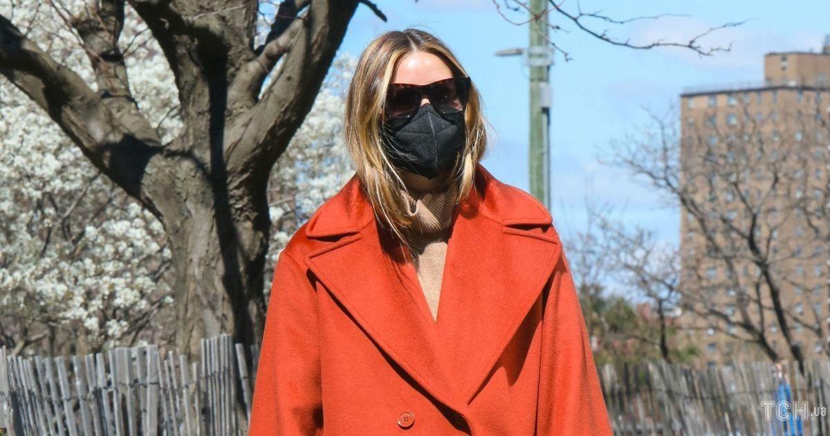 На прогулке с собакой: Оливию Палермо сфотографировали в Нью-Йорке в стильном луке