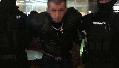 Вимагали у бізнесмена 700 тисяч доларів: у Харкові затримали групу рекетирів