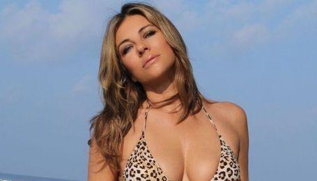 В леопардовом и розовом бикини: Элизабет Херли хвастается фигурой