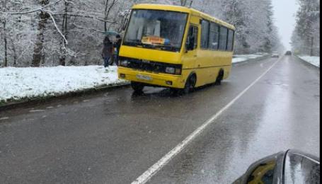 Во Львовской области у маршрутки с пассажирами на ходу отлетело колесо: фото