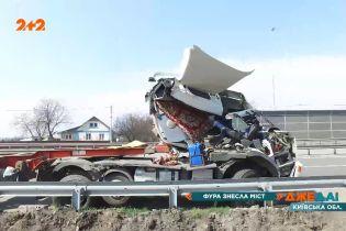 На одесской трассе фура снесла мост: строители восстанавливают сооружение после аварии