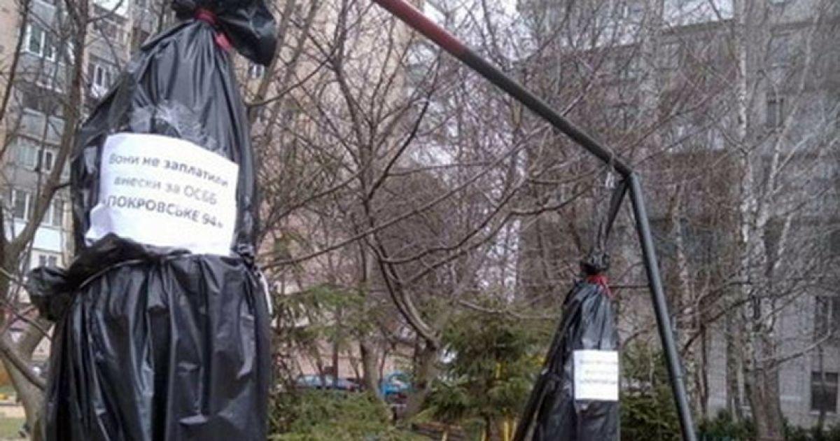 """Комунальне ноу-хау: у Житомирі встановили """"шибеницю"""" для боржників ОСББ"""
