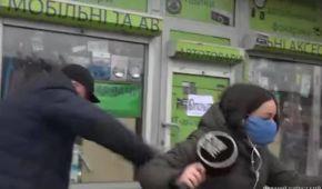 Сначала напал, а затем поскользнулся и упал в лужу: в Киеве будут судить мужчину, который ударил журналистку в лицо