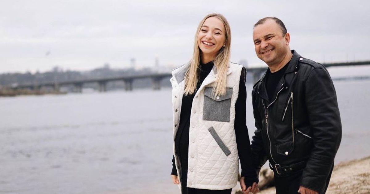 Вагітна дружина Віктора Павліка позувала з ним на набережній в Києві