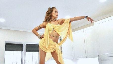Олена Шоптенко у відвертих вбраннях влаштувала палкі танці на столі
