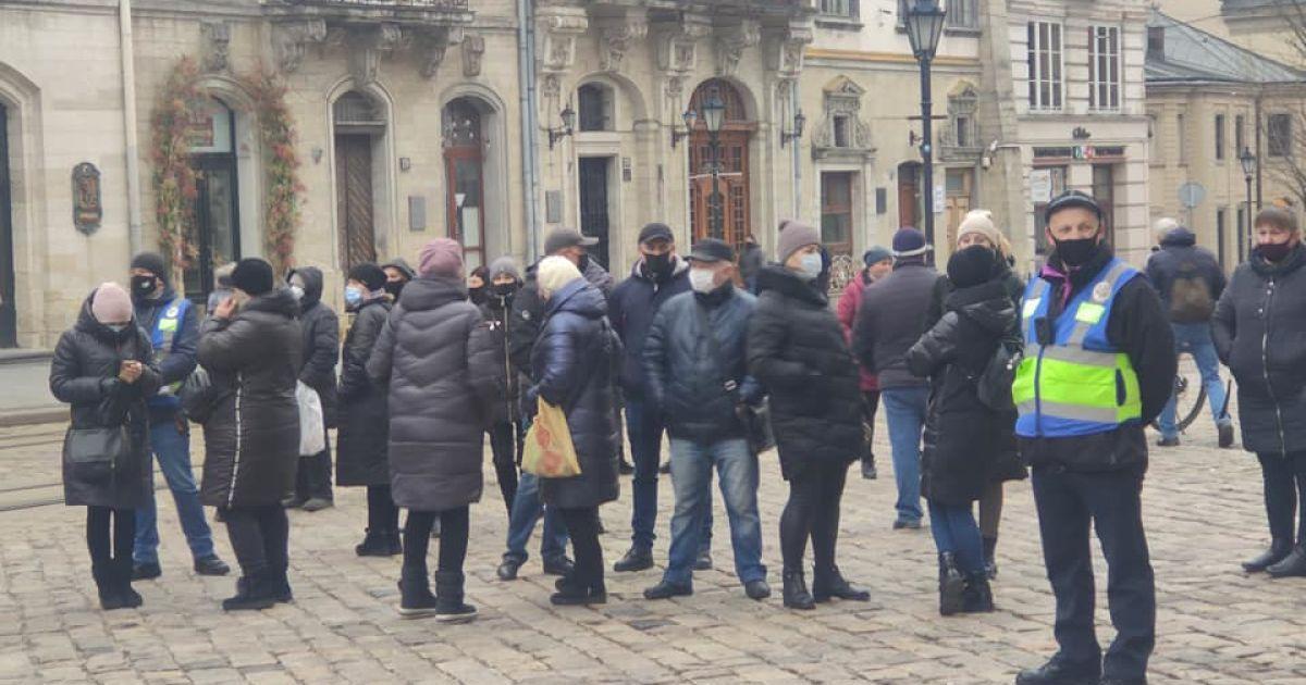 """В """"красном"""" Львове предприниматели пикетировали городской совет и требовали отменить карантин: им ответили (фото)"""