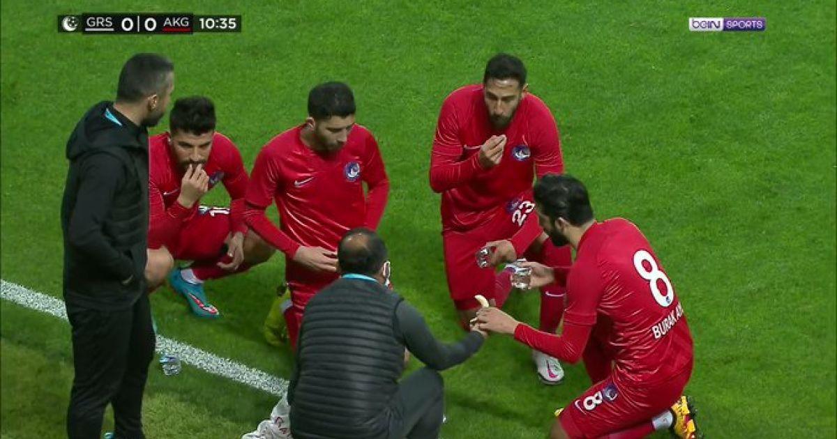 У Туреччині арбітр зупинив матч, щоб футболісти могли перекусити: відео завірусилося в Мережі