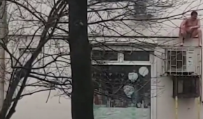У Новоросійську голий чоловік ховався від пожежі на кондиціонері (відео 18+)