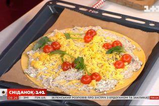 Піца-пиріг з кисломолочним сиром, помідорами та грибами