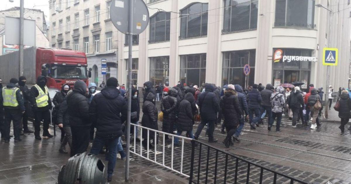 В центре Львова предприниматели из-за локдауна заблокировали движение транспорта: подробности и фото