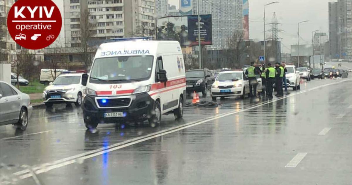 В Киеве маршрутка на смерть сбила женщину-пешехода, которая перебегала дорогу: фото