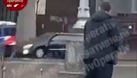 У центрі Києва затримали чоловіка, який подзюрив під стовпом (відео)