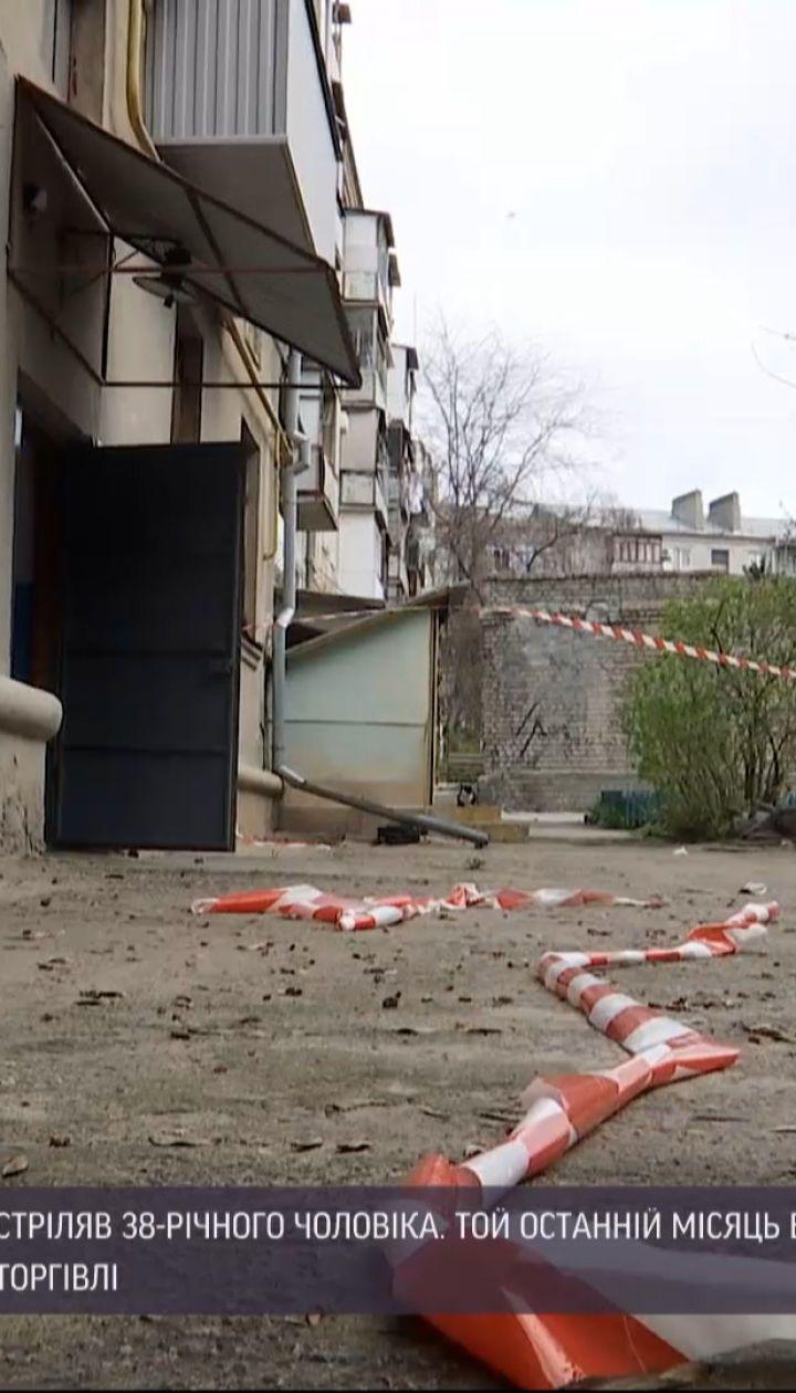 Новини України: миколаївське убивство чоловіка у дворі багатоповерхівки може бути замовним