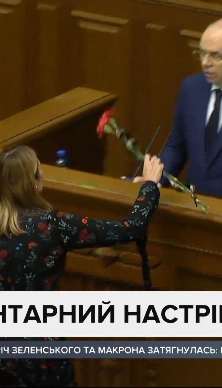 Траурные цветы для министра: Степанова в Раде встретили с двумя гвоздиками