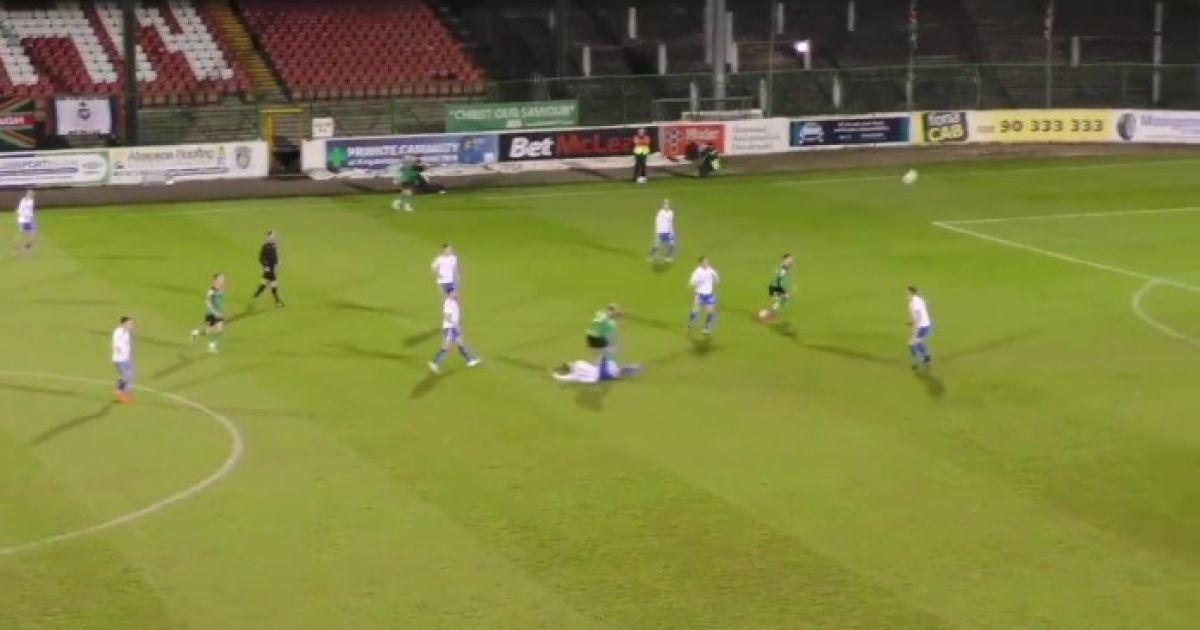 З 30 метрів у власні ворота: у Північній Ірландії гравець відзначився епічним автоголом (відео)