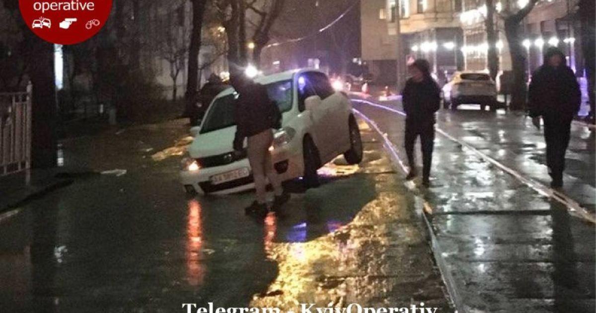 У Києві на Подолі дві автівки провалилися під асфальт: відео