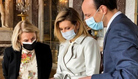 У стильному тренчі і кросівках: Олена Зеленська в образі спортшик відвідала Версальський палац