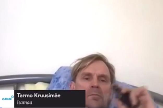 Лежав у ліжку, курив і слухав музику: естонський депутат потрапив у халепу під час онлайн-засідання парламенту