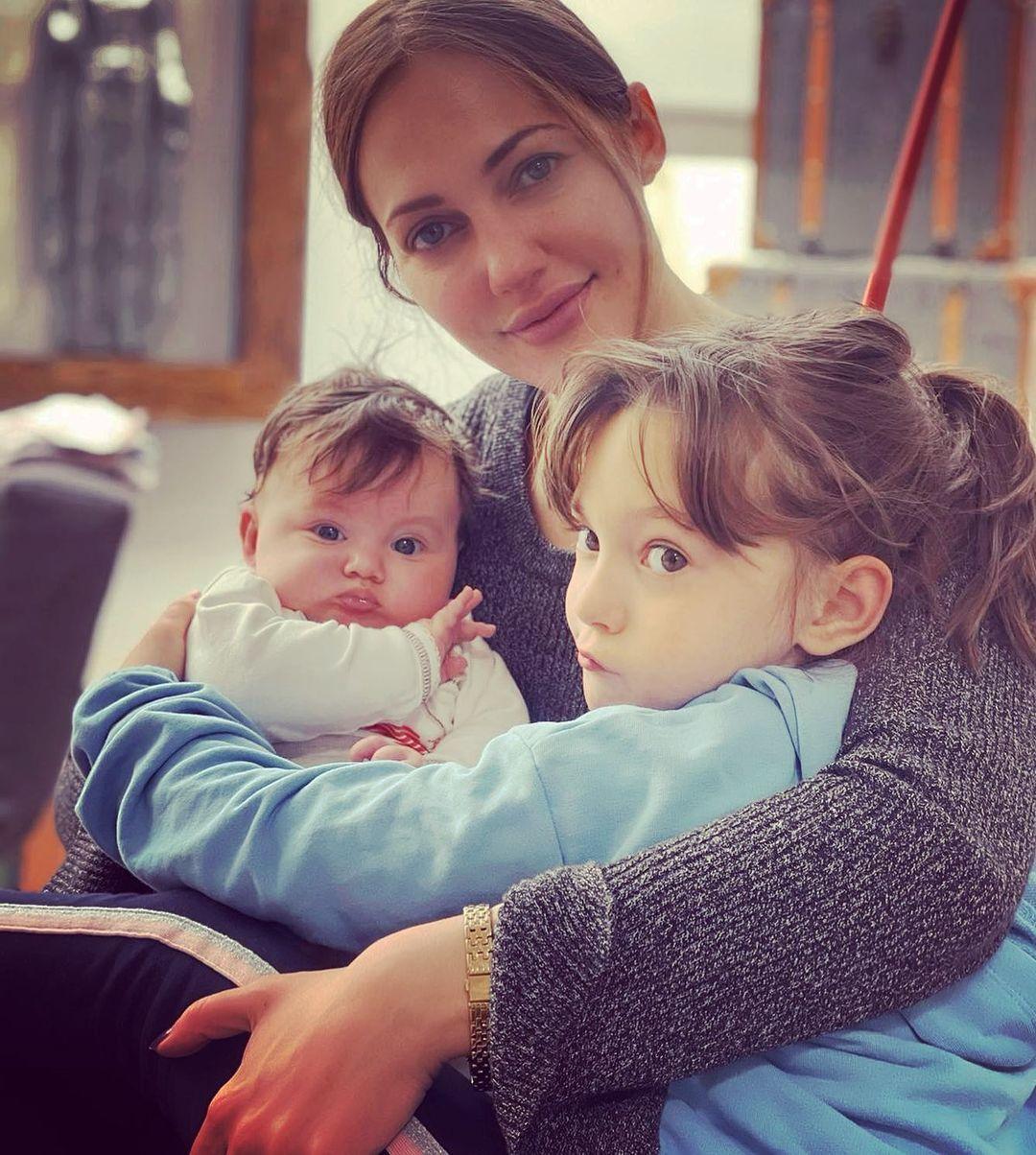 Мер'єм Узерлі з дітьми