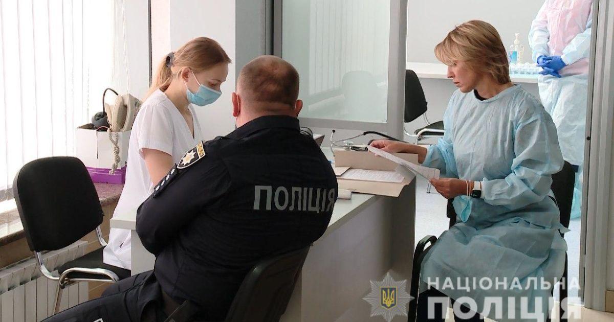 В Украине начали вакцинировать полицию и пограничников, но не обещанным Pfizer