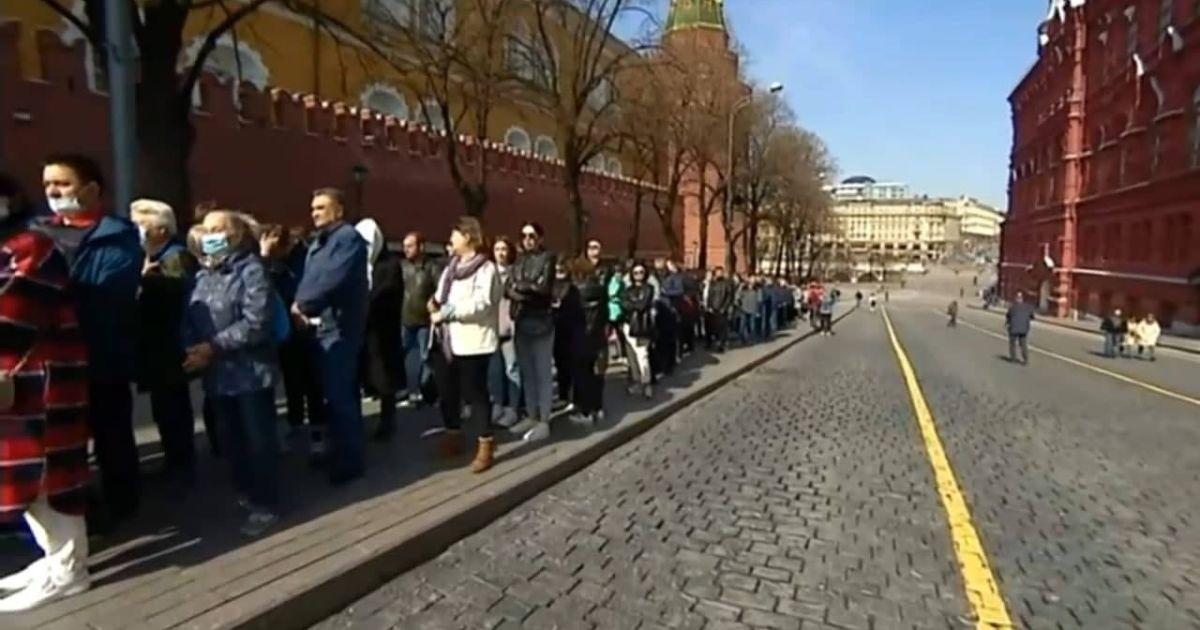 У Москві після карантину відкрили мавзолей Леніна: до вождя вишикувалась величезна черга