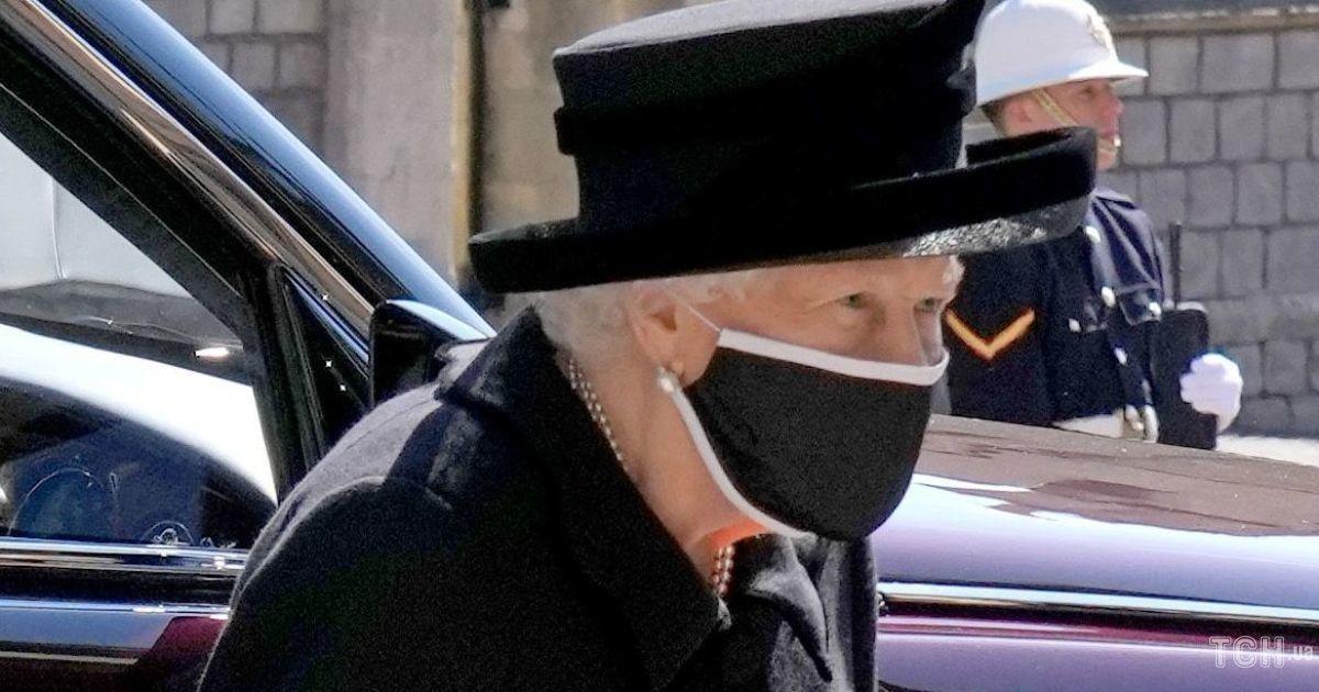 Вона тримається: 94-річна королева Єлизавета II зазнімкована біля каплиці Святого Георгія