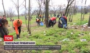 Не жалея маникюра одесские депутаты и чиновники устроили генеральную уборку города
