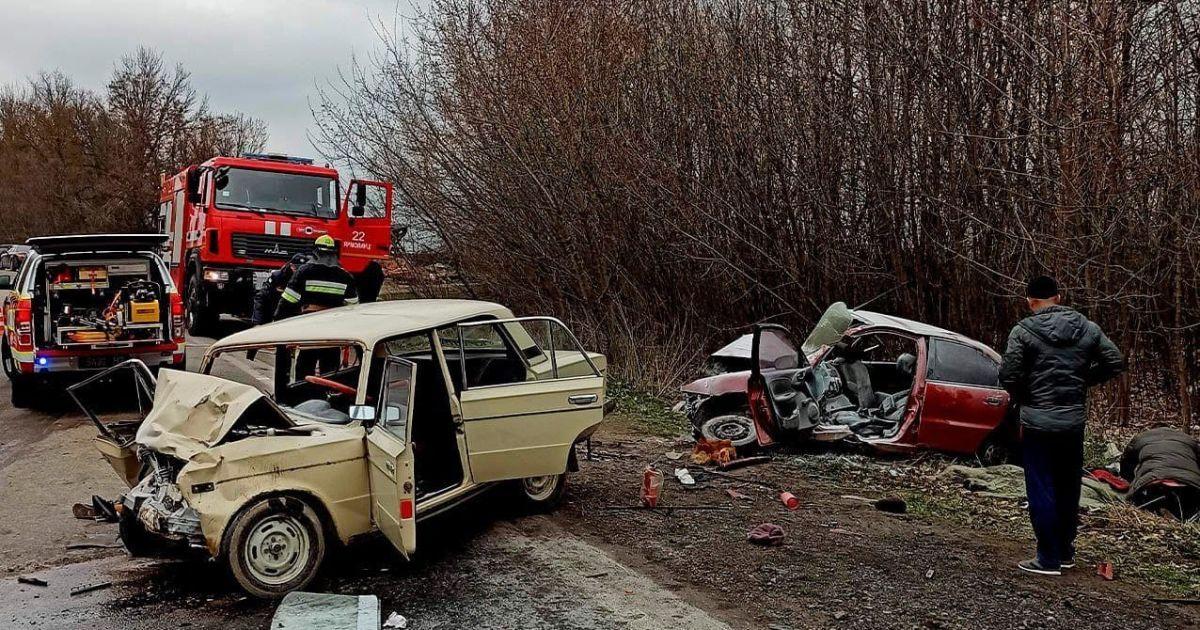 У Хмельницькій області сталася смертельна ДТП: потерпілого та тіла двох загиблих довелося вирізати з автівок
