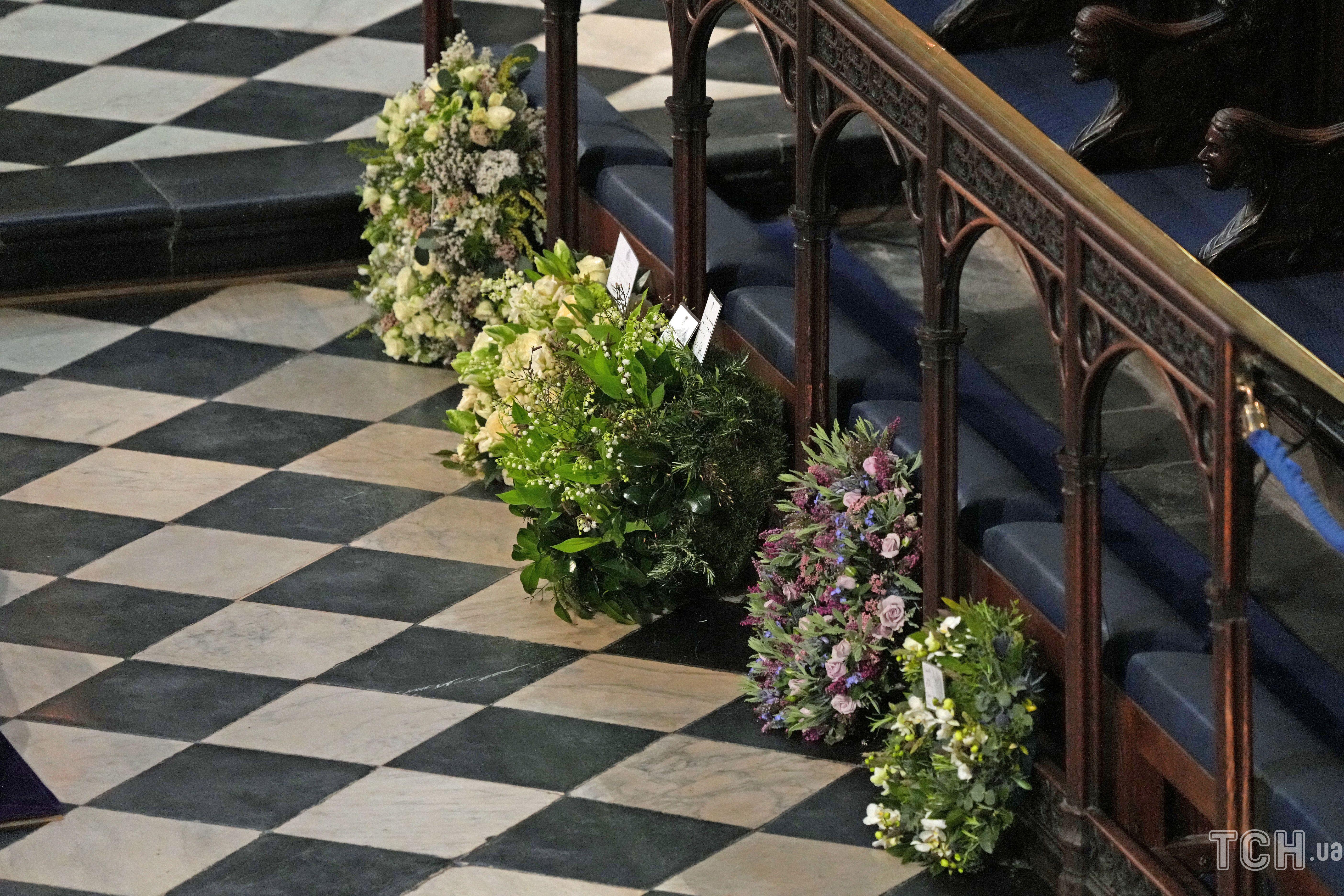 Венки на похоронах принца Филиппа
