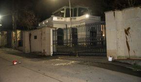 У Празі облили кетчупом стіну посольства Росії: є затримані (фото, відео)