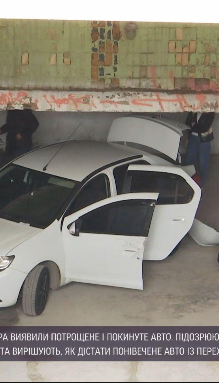 Новини України: у центрі Дніпра знайшли покинутий та потрощений легковик