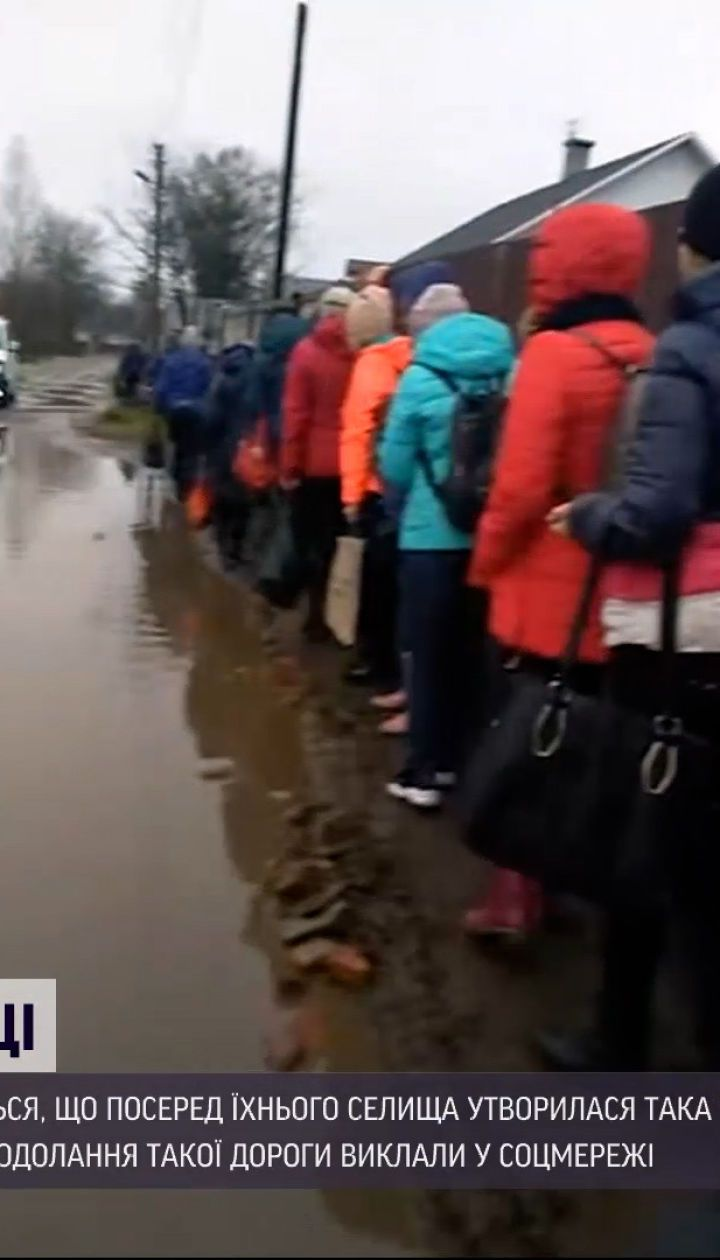 Новости Украины: в Ровенской области образовалось озеро прямо посреди улицы