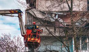В Киеве в жилом доме рухнул балкон, задев конструкции на еще двух этажах (фото)