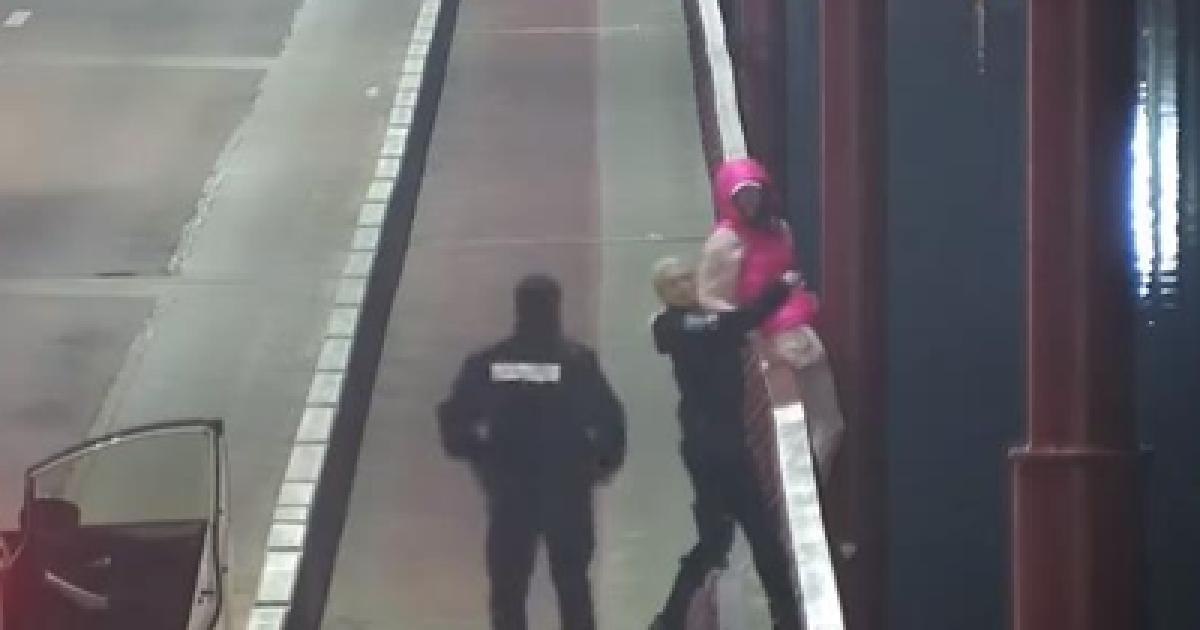 Встигли останньої миті: у Дніпрі правоохоронці врятували дівчину, яка намагалася вкоротити собі віку (відео)