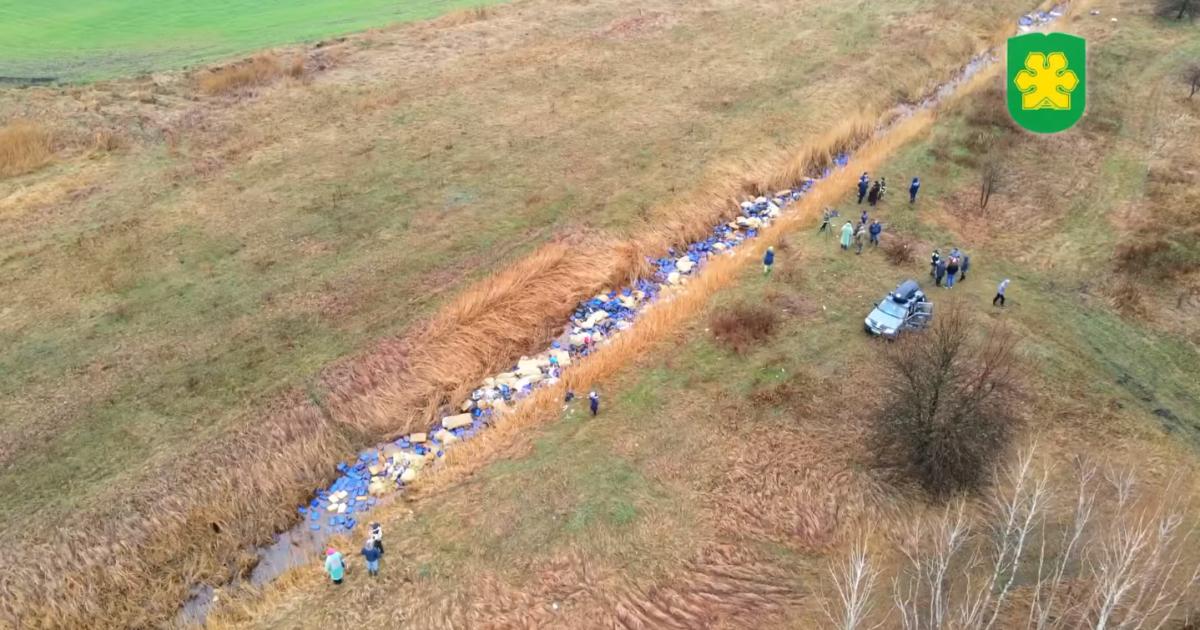 Каністри, будівельне сміття та побутові відходи: під Києвом рятували річку Кізку (відео)