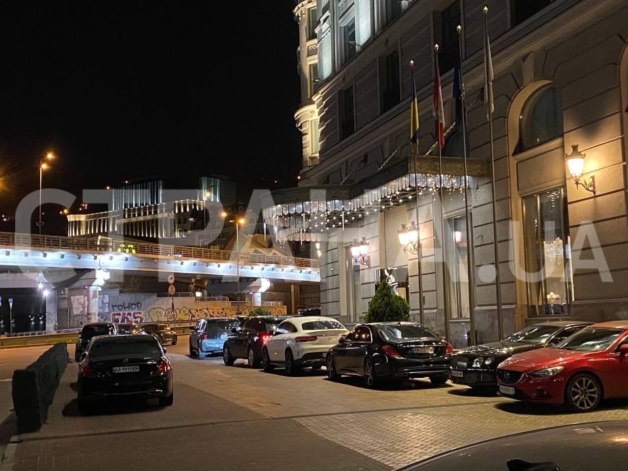 Машина Тищенка при вході в отель