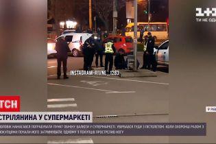 Новини України: у Рівному чоловік із пістолетом намагався пограбувати обмінник у магазині