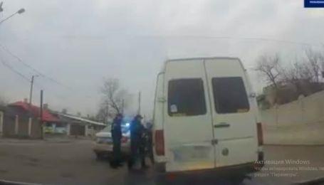 """""""Зупиняюся, де треба мені, а не де ти мигалку показав"""": маршрутник нахамив і ледь не збив патрульного у Рубіжному (відео)"""