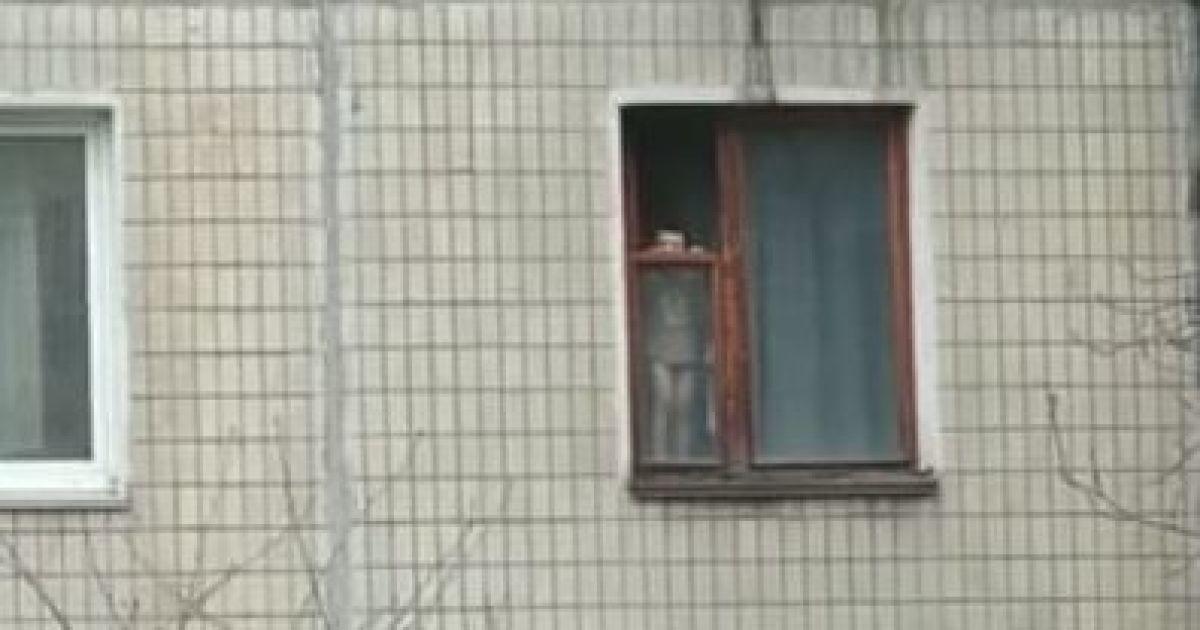 Вже раз випав: у Кривому Розі дитина регулярно стоїть на вікні багатоповерхівки (відео)