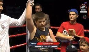 Бокс по-чеченськи: сину Кадирова подарували чудернацьку перемогу на дитячому турнірі (відео)
