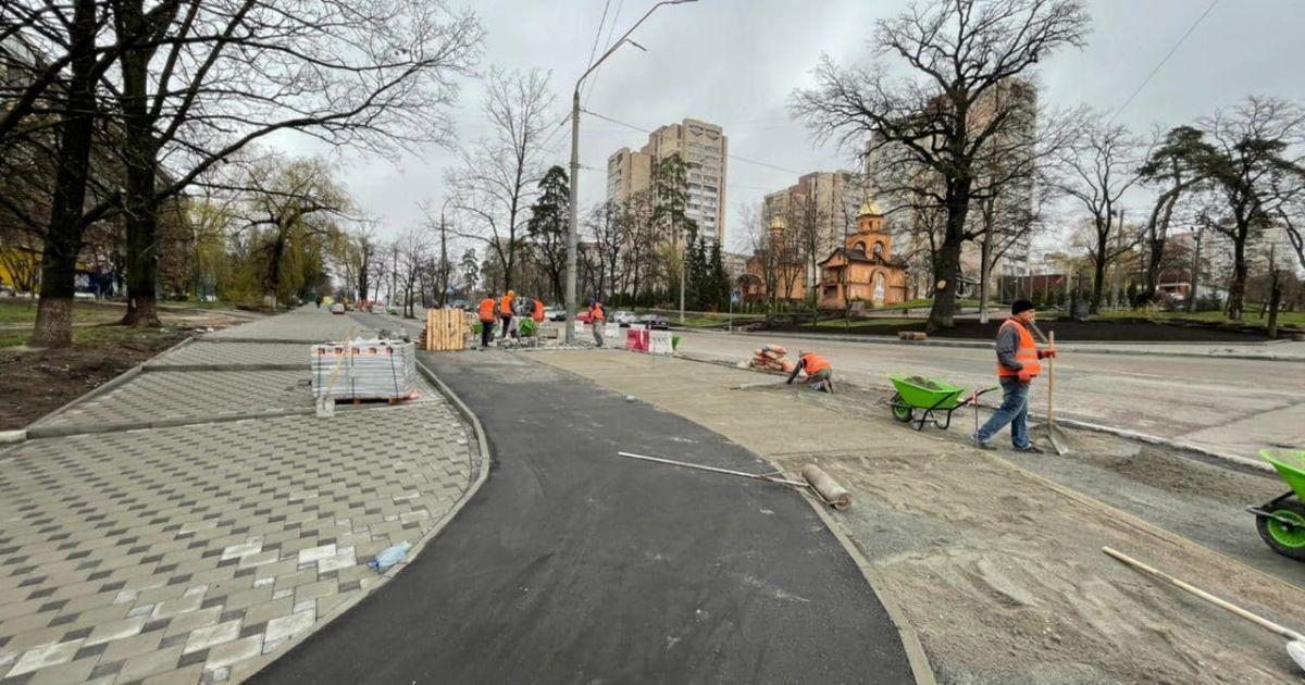Во всех районах Киева начали обновлять тротуары