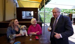 Усміхнений прем'єр Британії випив у пабі пива за послаблення локдауну