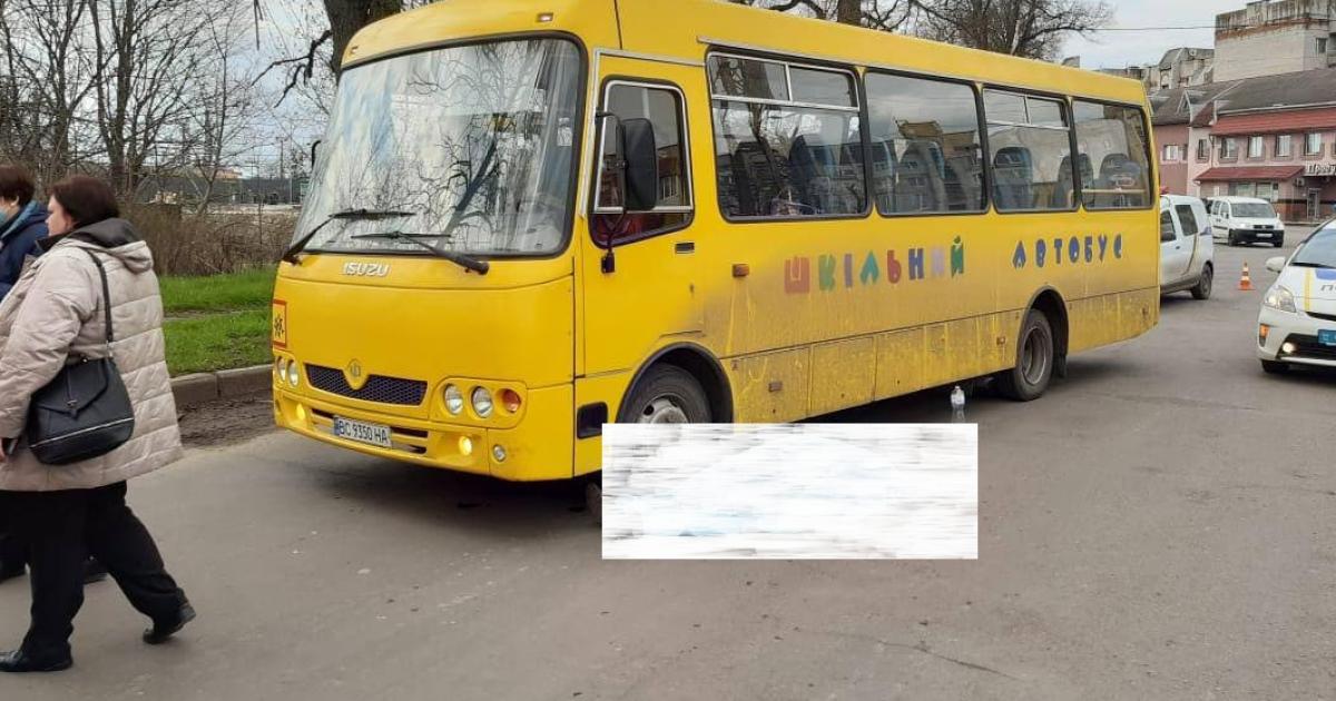 Вийшов з салону і впав на дорогу: у Львівській області раптово помер водій шкільного автобуса (фото)