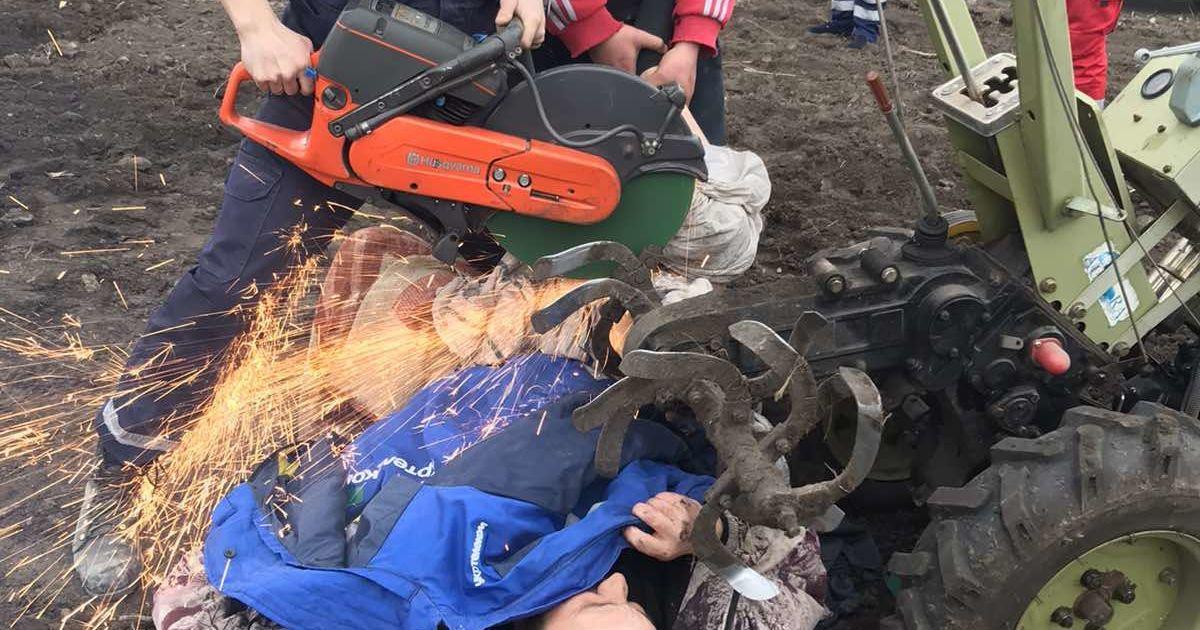 Застряг під мотоблоком: в Харківській області рятувальники визволяли чоловіка