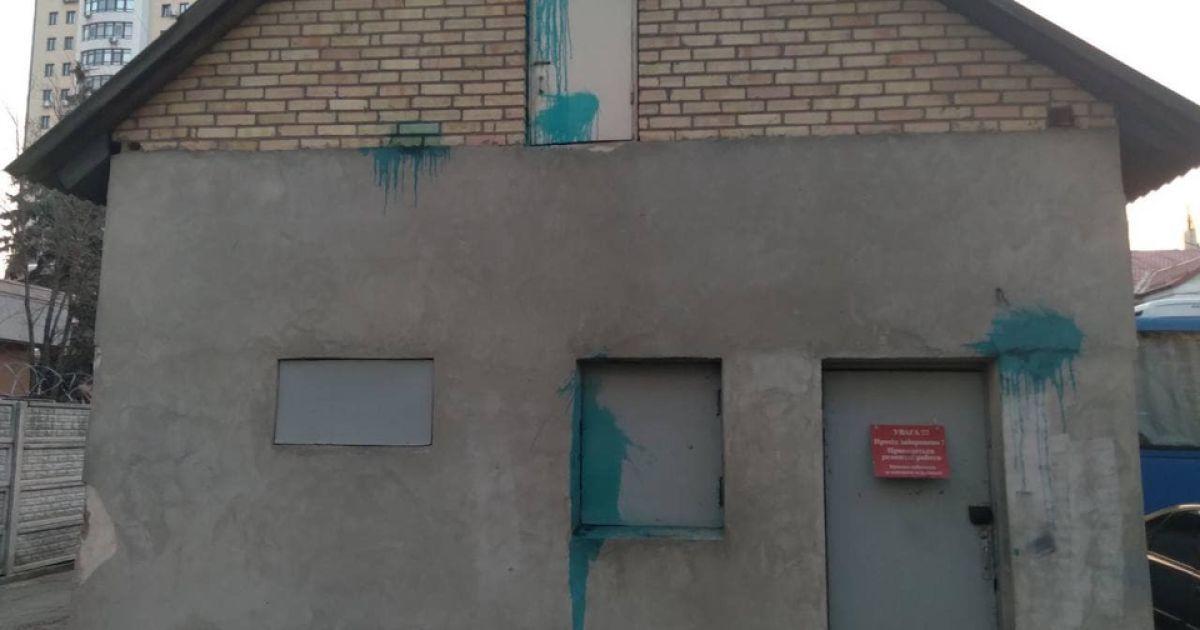 """""""Київблагоустрій"""" закидали лампами із зеленкою та розписали стіни: одного з хуліганів затримано"""