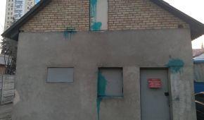 """""""Киевблагоустройство"""" забросали лампами с зеленкой и расписали стены: один из хулиганов задержан"""